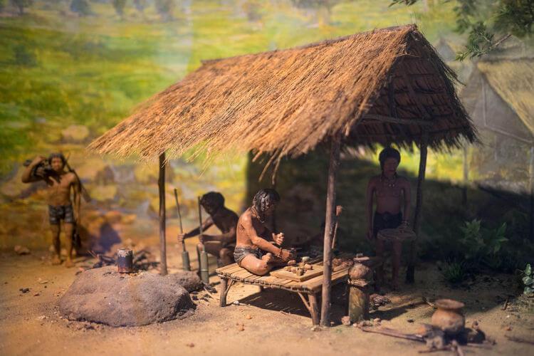 Reprodução em cera do estilo de vida do ser humano durante a Pré-História.