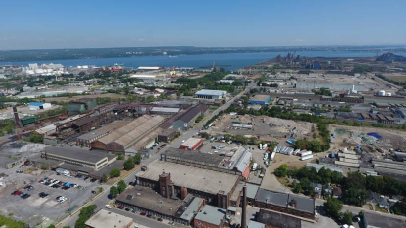 Os bairros industriais encontram-se em regiões mais afastadas da cidade.