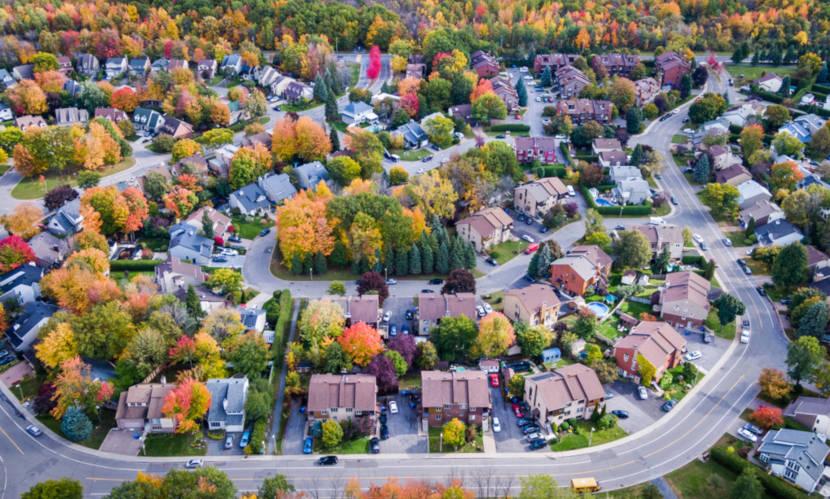 Nos bairros residenciais, as casas ou condomínios existem em maior número.