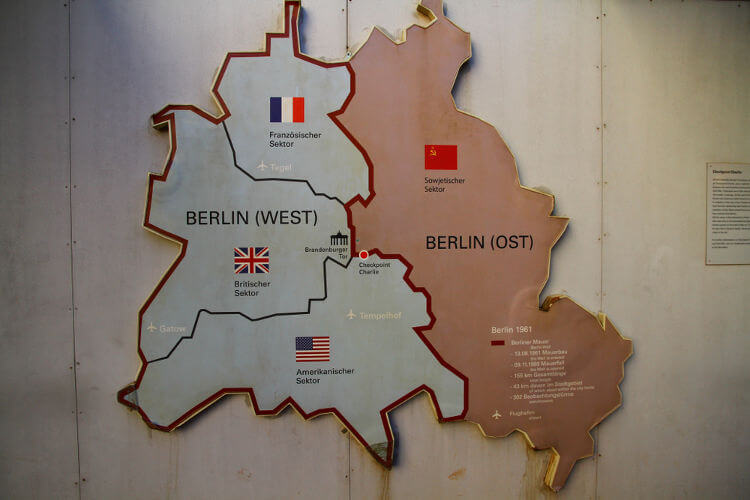 Mapa da divisão de Berlim após a Segunda Guerra Mundial. A parte vermelha foi Berlim Oriental e a parte clara foi Berlim Ocidental.**