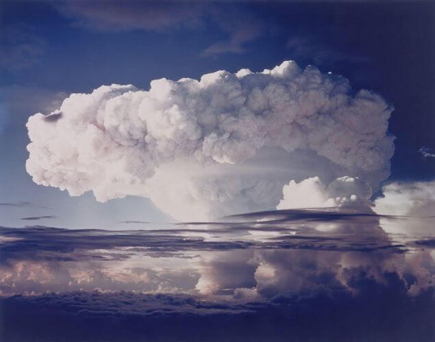 Teste de bomba de hidrogênio realizado pelos Estados Unidos, na década de 1950. A corrida armamentista foi uma das características da Guerra Fria.