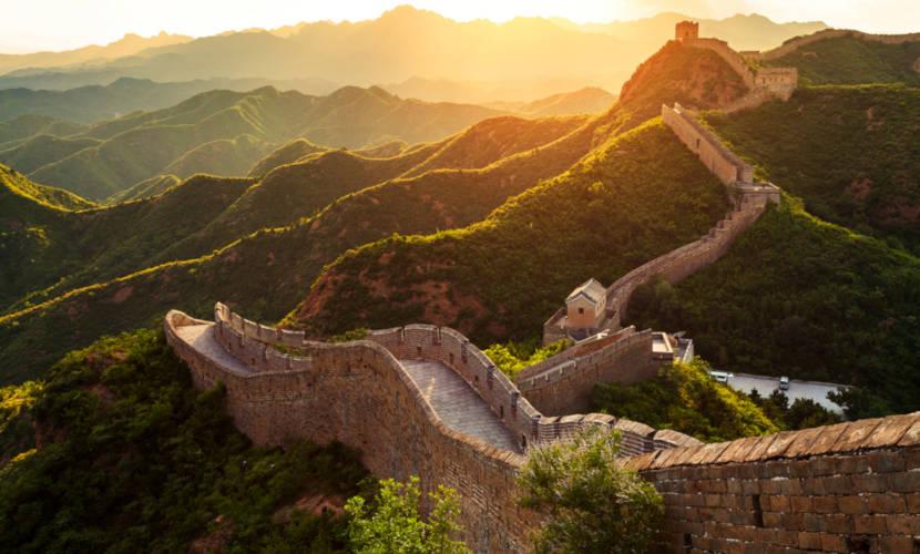 A Grande Muralha da China é uma enorme fortificação que atravessa o território chinês.