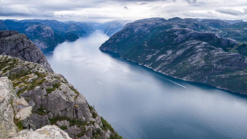 Fiorde Lyse é uma entrada para o mar entre grandes montanhas localizada em Forsand.