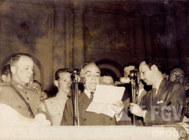 Getúlio Vargas foi o presidente do Brasil entre 1930 e 1945 e chegou a governar o país de maneira ditatorial durante o Estado Novo.[1]