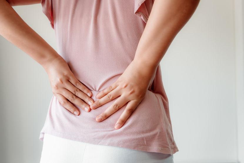 Dentre os sintomas das infecções do trato urinário, podemos destacar a dor lombar.