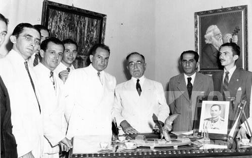 Em 1945, os militares forçaram Vargas a renunciar e deram início à Quarta República.[2]