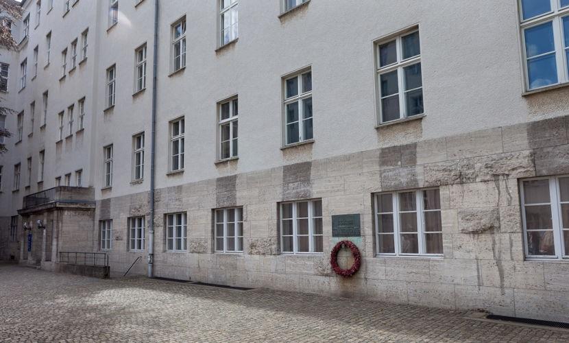Nesse prédio, localizado em Berlin é que Claus von Stauffenberg foi executado em 21 de julho de 1944.[3]