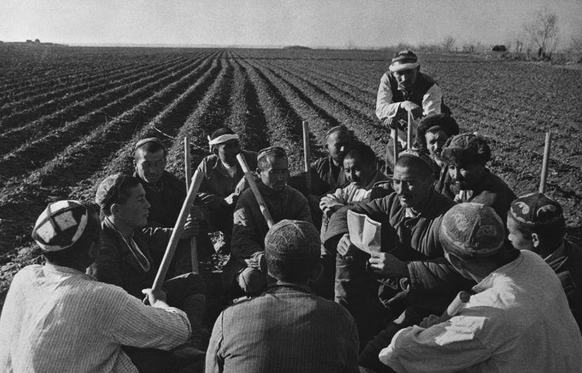 Camponeses em uma fazenda coletiva construída na região do Uzbequistão durante a década de 1930.