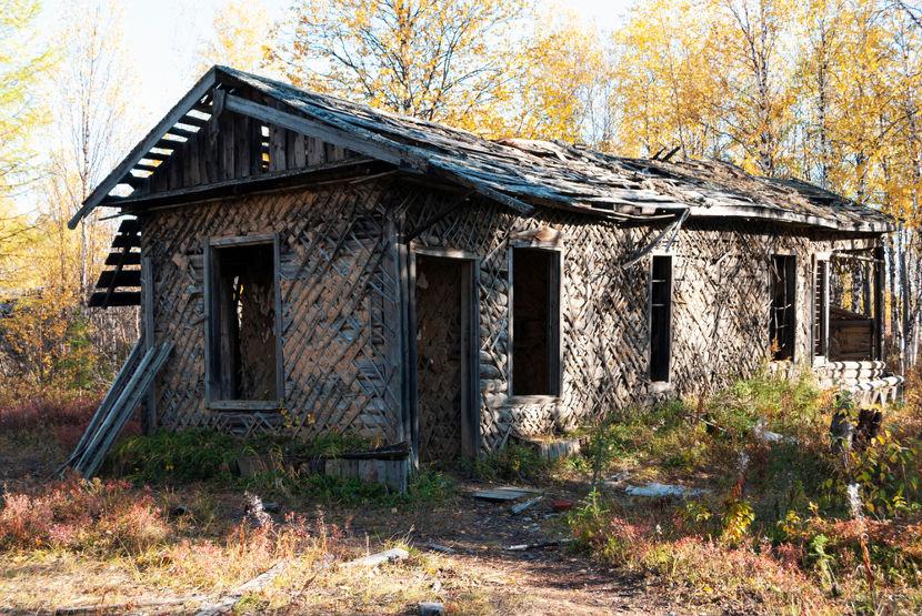 Milhões de pessoas foram enviadas para campos de trabalho forçado. Na imagem estão ruínas de uma antiga gulag.