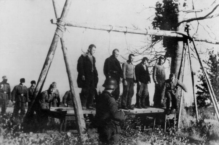 Civis soviéticos sendo executados pelos nazistas durante a Segunda Guerra Mundial.[2]