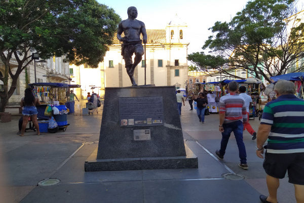 Estátua em homenagem a Zumbi dos Palmares, localizada em Salvador. Zumbi é o grande símbolo de luta contra a opressão do movimento negro do Brasil.[1]