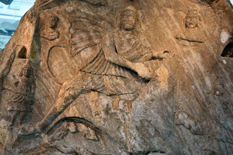 Acredita-se que o Natal seja comemorado no dia 25 de dezembro como estratégia da Igreja para suplantar comemorações pagãs, como a de Mitra.