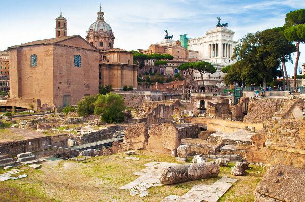 Ruínas do foro romano como símbolo da decadência que levou ao fim do Império Romano do Ocidente, no século V.