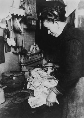 Após a Primeira Guerra, a alemã enfrentou uma terrível crise de hiperinflação, que desvalorizou a moeda do país.