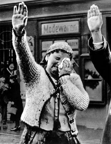 Mulher chora ao presenciar a chegada dos alemães na Checoslováquia. Não sabemos até hoje se foi um choro de tristeza ou de alegria.[1]