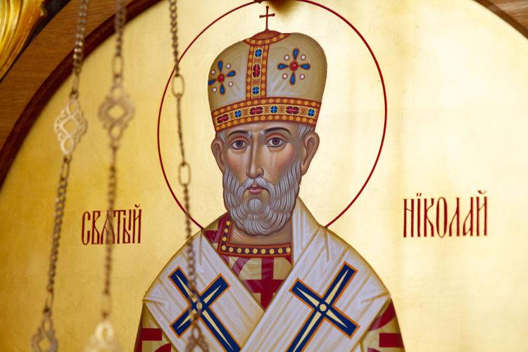 São Nicolau foi um bispo cristão do século III e IV d.C. que ficou conhecido por ser caridoso. Esse personagem inspirou o surgimento do Papei Noel.[1]
