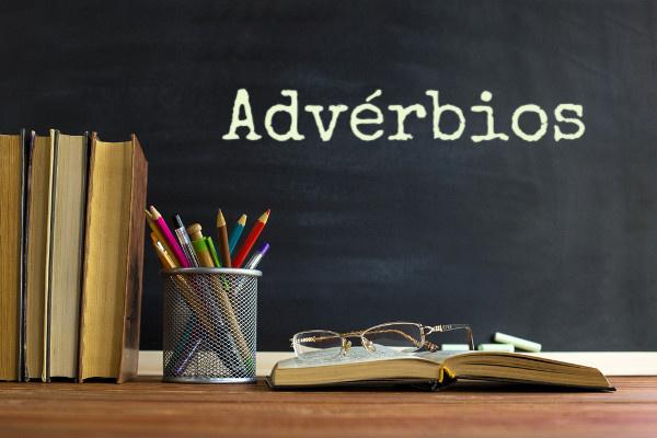 A classe gramatical dos advérbios é muito relacionada com os adjetivos e verbos.