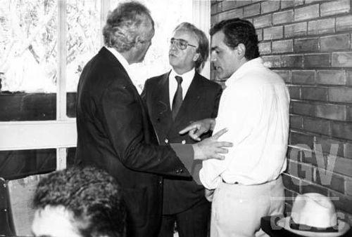 Com o impeachment de Collor, o vice-presidente Itamar Franco (no centro, usando óculos), assumiu a presidência do Brasil.[2]