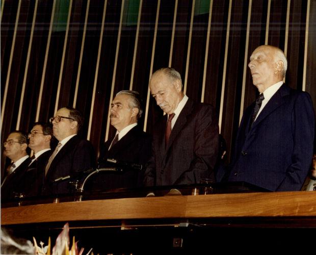 O problema de saúde de Tancredo Neves levou José Sarney a tomar posse da presidência do Brasil, em 15 de março de 1985. [1]