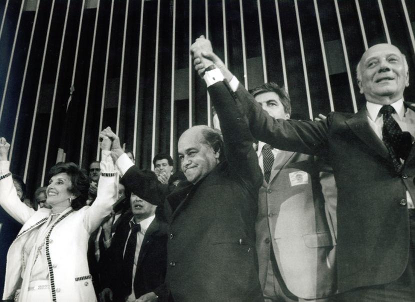 Na eleição de 1985, Tancredo Neves (no centro) concorreu à presidência e derrotou Paulo Maluf por 480 a 180. [1]
