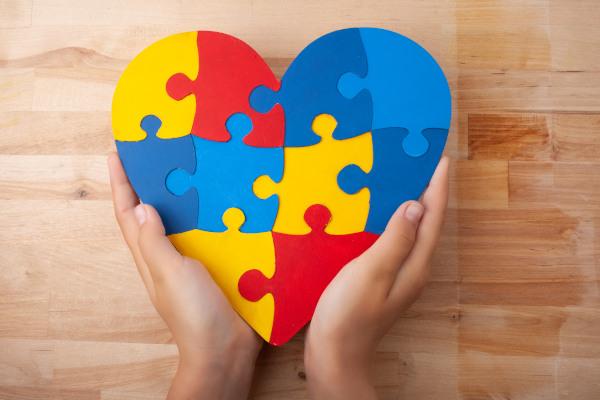 O Transtorno do Espectro Autista é representado por um quebra-cabeça, pois ele remete à sua complexidade.