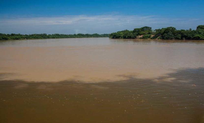 Encontro entre as águas do Rio São Francisco e do Rio das Velhas, um de seus afluentes.