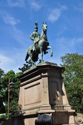 Estátua do príncipe Komatsu-no-miya Akihito, que lutou contra as tropas do xogunato em Tóquio, Japão *