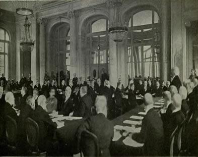 Reunião onde foi apresentado o esboço do Tratado de Versalhes. Georges Clemenceau, presidente da França, fala aos presentes