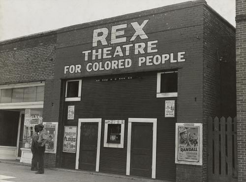 Acima, exemplo de estabelecimento público (um teatro) destinado a negros no Mississippi *