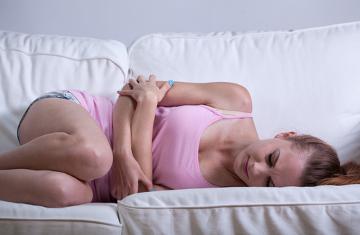 Ficar em repouso e colocar compressas quentes na região da barriga diminuem a cólica