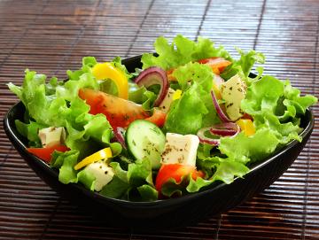 Ao colocarmos sal na salada, pouco tempo depois ela murcha. Você sabe o motivo?