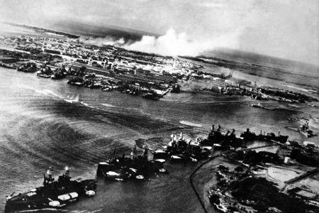 Foto tirada de um avião japonês durante o ataque a Pearl Harbor em 1941
