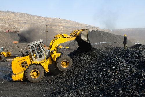 Máquinas trabalhando na extração de carvão mineral