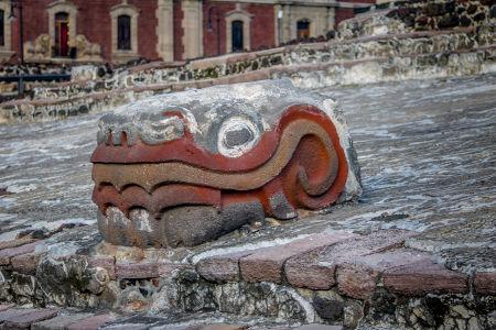 Detalhe da cabeça de uma serpente que fazia parte do Templo Maior, da antiga cidade asteca Tenochtitlán
