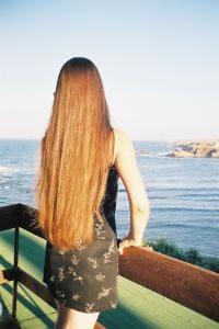 O nosso cabelo é envolvido pela queratina, uma proteína que dá resistência e força aos fios.