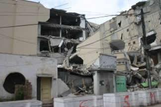 Estrago causado por terremoto, uma consequência do tectonismo