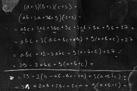 É possível multiplicar polinômios por um número natural, outro polinômio ou um monômio
