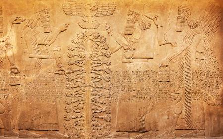 Representação em pedra dos Anunnaki, deuses sumérios, e de registros em escrita cuneiforme