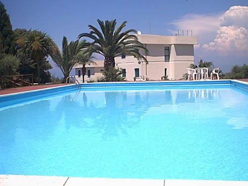 O volume da piscina é medido em metros cúbicos