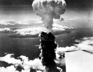 Acima, nuvem de fumaça provocada pela detonação da bomba atômica em Nagasaki, Japão