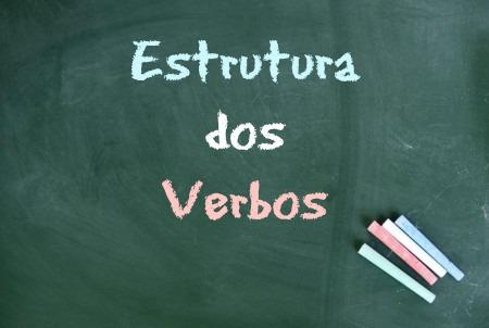 Os verbos compõem-se de elementos específicos