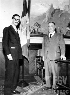 À esquerda (terno escuro) está Jânio Quadros, presidente brasileiro de janeiro a agosto de 1961