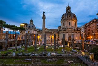 Fórum Imperial e a Coluna de Trajano, construídos durante os governos de importantes dinastias do Império Romano