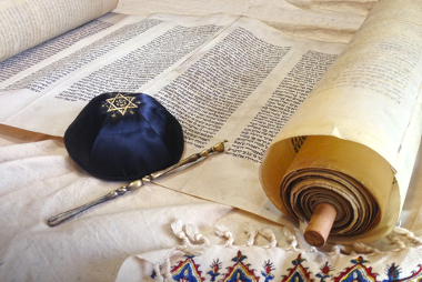 A Torah (Torá), que comporta os cinco primeiros livros hebraicos, é um dos principais livros dos hebreus