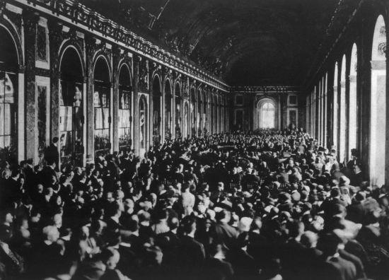 Delegações reunidas para a assinatura do Tratado de Versalhes em junho de 1919