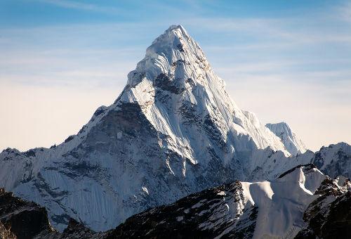 O Everest, com cerca de 8.848 metros, é um dos picos mais elevados do planeta e é formado a partir de dobramentos modernos