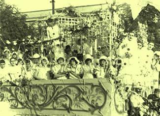 Um animado bloco carnavalesco desfilando no ano de 1935, durante o governo Vargas.