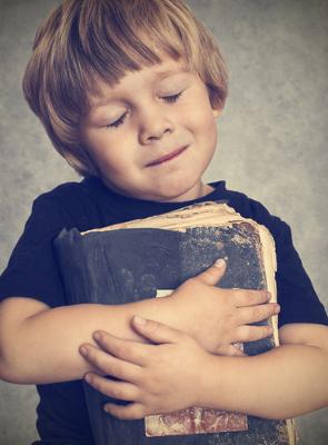 A literatura tem como matéria-prima a palavra, que recebe novos sentidos através da função poética da linguagem
