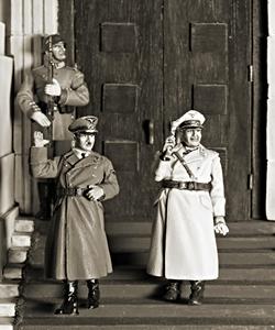 Bonecos representando dois líderes nazistas, Adolf Hitler e Herman Goering.