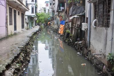 Esgoto a céu aberto é um dos grandes problemas de saneamento básico